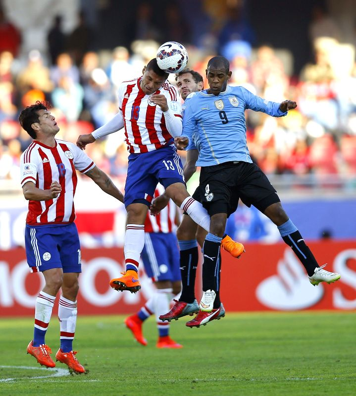 La Serena: Uruguayan striker Diego Roldan (R) fights for the ball with Paraguayan midfielder Richard Ortiz during the Copa America 2015 Group B soccer match between Uruguay and Paraguay, at Estadio ...