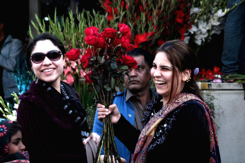 Pakistani women buy flowers on Valentine's Day in eastern Pakistan's Lahore, Feb. 14, 2015.