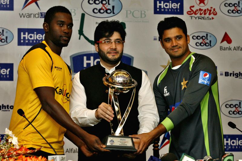 Zimbabwe's team captain Elton Chigumbura (L) and Pakistan's team captain Azhar Ali (R) hold a One Day International (ODI) trophy after a press conference at the ... - Elton Chigumbura