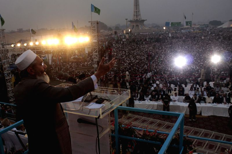 Sirajul Haq (L), chief of Pakistani opposition party Jamaat-e-Islami (JI), addresses the crowd during the three day religious convention in eastern Pakistan's Lahore on Nov. 21, 2014. Tens of