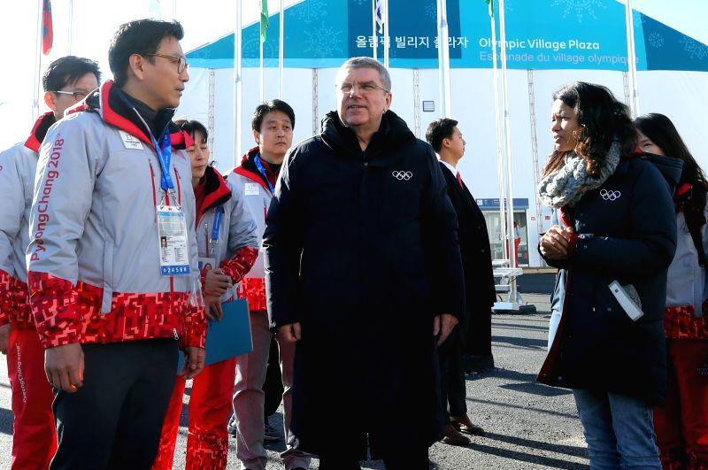 Le président du Comité international olympique (CIO), Thomas Bach, inspecte le village des athlètes de Gangneung, dans la province du Gangwon, le jeudi 1er février 2018.