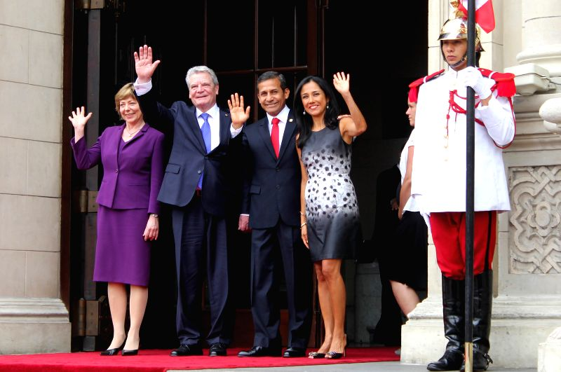 Peruvian President Ollanta Humala (2nd R), his wife Nadine Heredia (1st R), German President Joachim Gauck (2nd L) and his wife Daniela Schadt take part in a ...