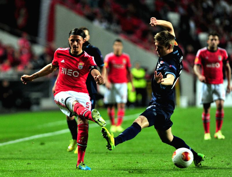 Ljubomir Fejsa (L) of Benfica competes during the quarter-final match against AZ Alkmaar at the Europa League in Lisbon, Portugal, on April 10, 2014. Benfica ...