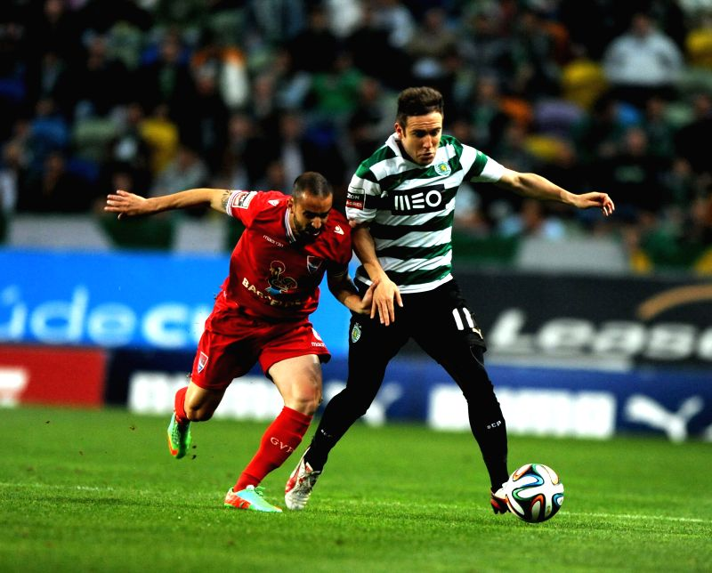 Sporting's Diego Capel (R) vies for the ball during the Portuguese league football match against Gil Vicente in Lisbon, Portugal, on April 12, 2014. Sporting won ...