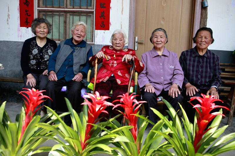 Zhu Jinjuan (C) poses for photos with her four daughters at a family get-together celebrating her 110th birthday in Chiyang Village under Jinyun County of Lishui, east
