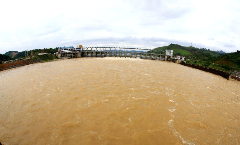 Flood water is discharged from a dam of a hydropower station in Fushi Town of Liuzhou City, southwest China's Guangxi Zhuang Autonomous Region, May 11, 2014. ...