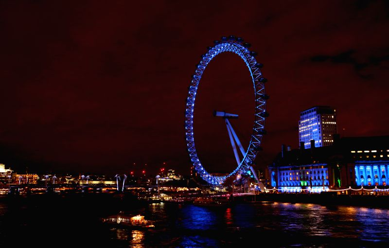 Photo taken on Dec. 23, 2014 shows the London Eye in London, Britain. (Xinhua/Han Yan)