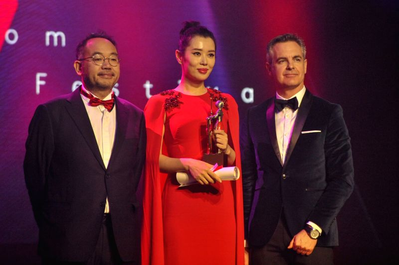 LONDON, Dec. 7, 2017 - Actress Yu Nan (C) receives the Best Actress Award at the 5th China Britain Film Festival 2017 awards ceremony in London, Britain, on Dec. 6, 2017. - Y