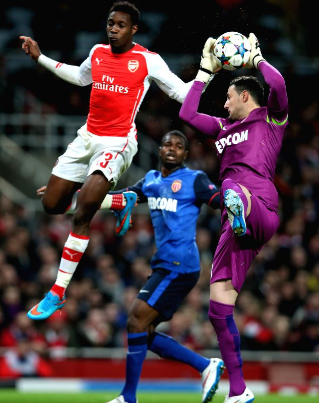 Danny Welbeck (L) of Arsenal fights for the ball with Subasic (R) of Monaco during the UEFA Champions league Round of 16 first leg match between Arsenal and Monaco ...