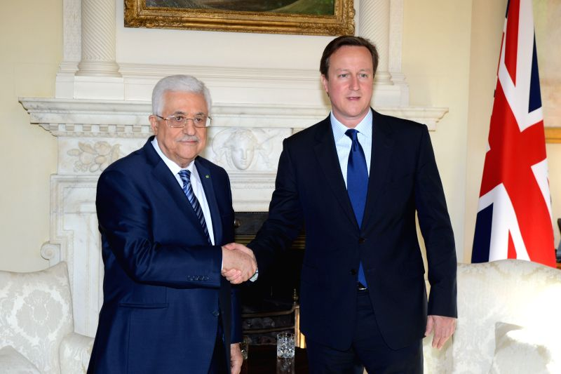 British Prime Minister David Cameron (R) meets with Palestinian President Mahmoud Abbas in London on May 14, 2014.