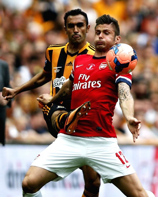 Olivier Giroud (Front) of Arsenal holds off Ahmed Elmohamady of Hull City during their FA Cup final at Wembley Stadium in London, Britain, on May 17, 2014. Arsenal ...