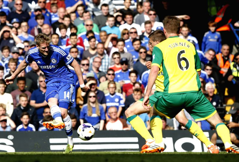 Andre Schurrle (L) of Chelsea shoots during the Barclays Premier League match between Chelsea and Norwich at Stamford Bridge Stadium in London, Britain on May 4, 2014.