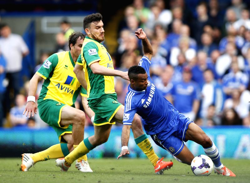 Ashley Cole (R) of Chelsea controls the ball during the Barclays Premier League match against Norwich at Stamford Bridge Stadium in London, Britain on May 4, 2014. The