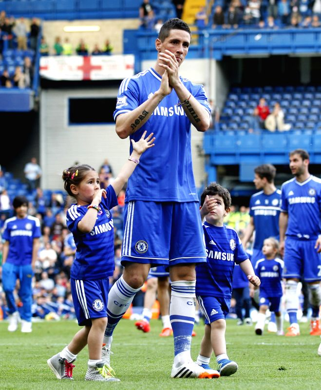 Fernando Torres (C) of Chelsea acknowledges the crowd with his daughter Nora (L) and son Leo following the Barclays Premier League match against Norwich at Stamford ...