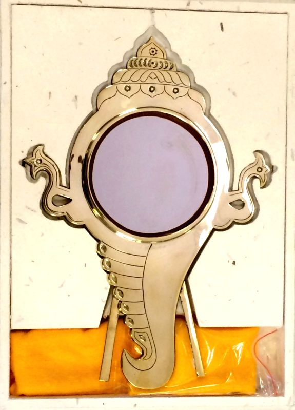 London (UK): Prime Minister Narendra Modi's gift Aranmula metal mirror, a unique GI protected handicraft from Kerala and some pashmina stoles for the First Lady, in London, UK on Nov 13, 2015. - Narendra Modi