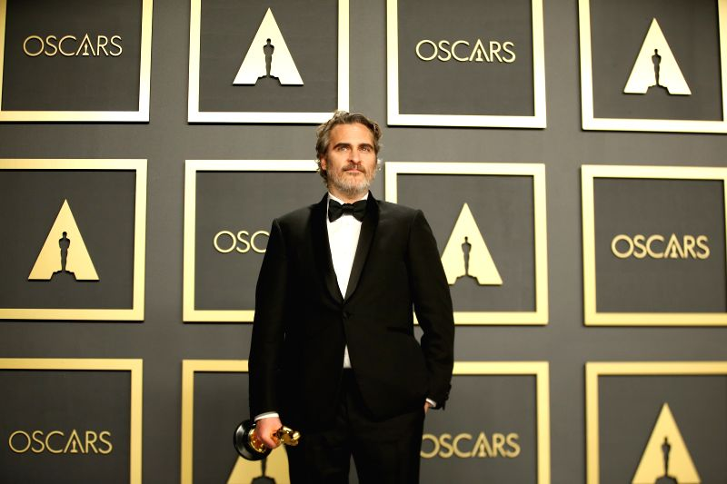 """LOS ANGELES, Feb. 10, 2020 (Xinhua) -- Joaquin Phoenix poses for photos after winning the Best Actor award for """"Joker"""" at the 92nd Academy Awards ceremony at the Dolby Theatre in Los Angeles, the United States, Feb. 9, 2020. (Xinhua/Li Ying/IANS)"""