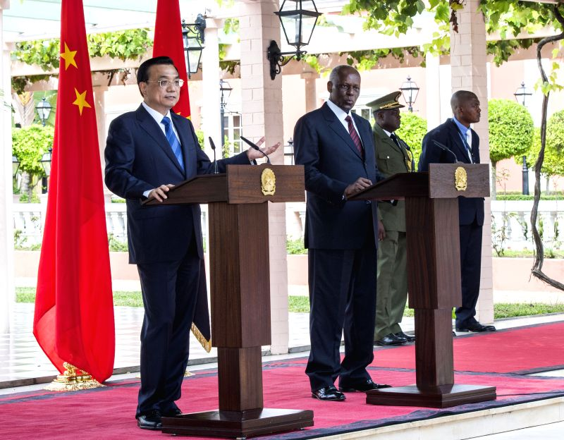 Chinese Premier Li Keqiang (1st L) and Angolan President Jose Eduardo dos Santos (2nd L) attend a joint press conference after their talks in Luanda, Angola, May 9, ...