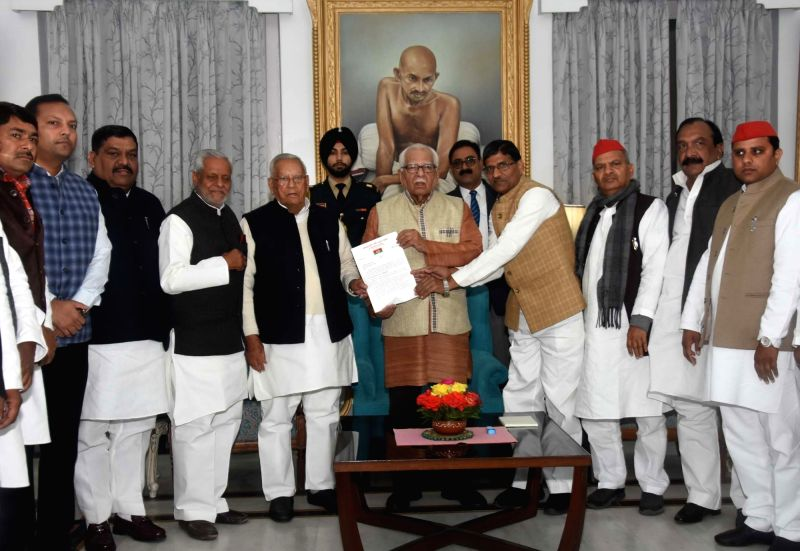 Lucknow: A delegation of the Samajwadi Party (SP) and its ally Bahujan Samaj Party (BSP) submitting a memorandum to Uttar Pradesh Governor Ram Naik against the grounding of SP chief Akhilesh Yadav at the Chaudhary Charan Singh International Airport a