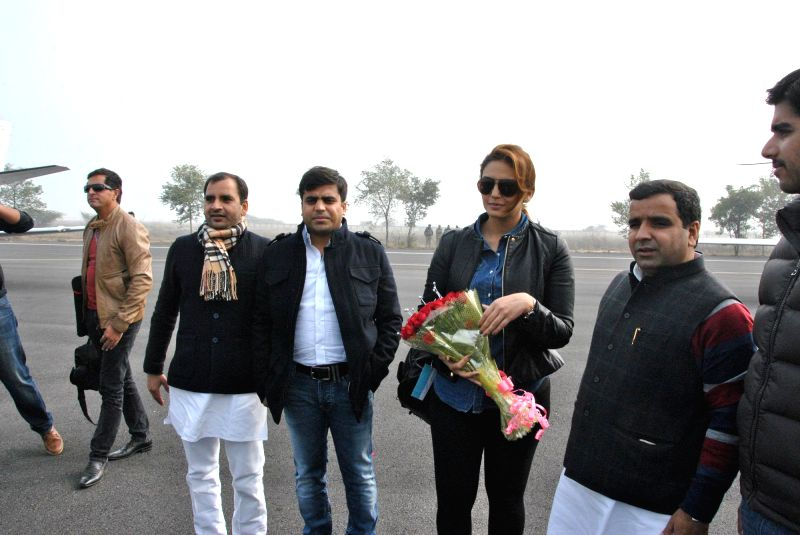 Actress Huma Qureshi arrives to attend the closing ceremony of 'Saifai Mahotsav' in Lucknow on Jan 8, 2015. - Huma Qureshi