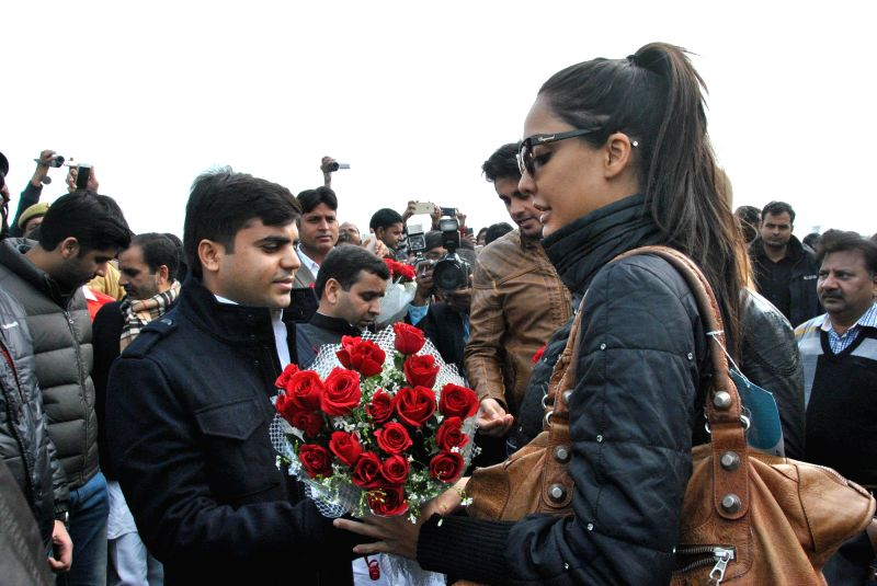 Actress Lisa Haydon arrives to attend the closing ceremony of 'Saifai Mahotsav' in Lucknow on Jan 8, 2015. - Lisa Haydon