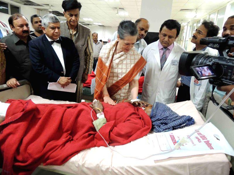Congress chief Sonia Gandhi meets the injured passengers of the derailed Dehradun-Varanasi Janta Express at a Lucknow hospital on March 21, 2015.