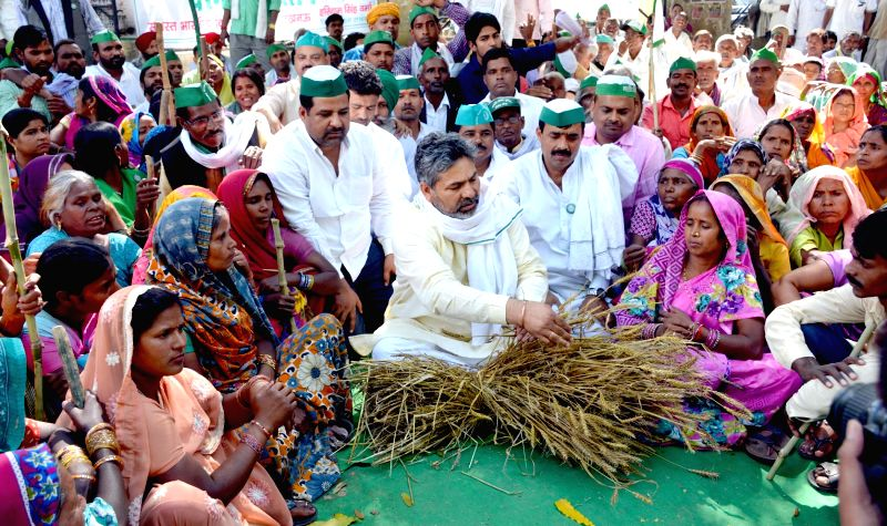 Farmers affiliated to the Bhartiya Kisan Union stage a demonstration to demand compensation for crops destroyed in the recent hailstorm in Lucknow on April 9, 2015.