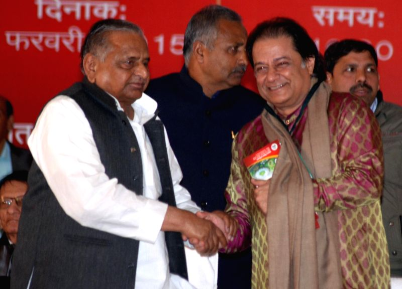 Samajwadi Party chief Mulayam Singh Yadav felicitates singer Anup Jalota during a programme in Lucknow on Feb 9, 2015. - Mulayam Singh Yadav