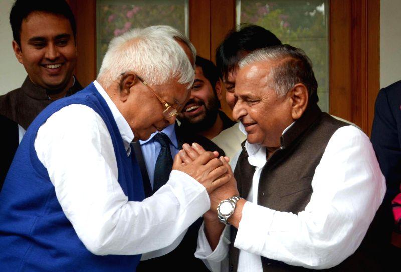 SP chief Mulayam Singh Yadav and RJD president Lalu Prasad Yadav at the Mulayam Singh Yadav's residence in Lucknow  to perform `shagun` ceremony ahead of Lalu Prasad Yadav's daughter Raj ... - Mulayam Singh Yadav