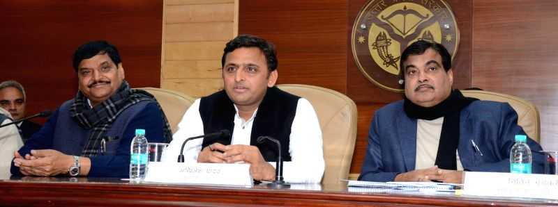 The Union Minister for Road Transport and Highways, and Shipping Nitin Gadkari and Uttar Pradesh Chief Minister Akhilesh Yadav during a press conference in Lucknow, on Jan 21, 2015.
