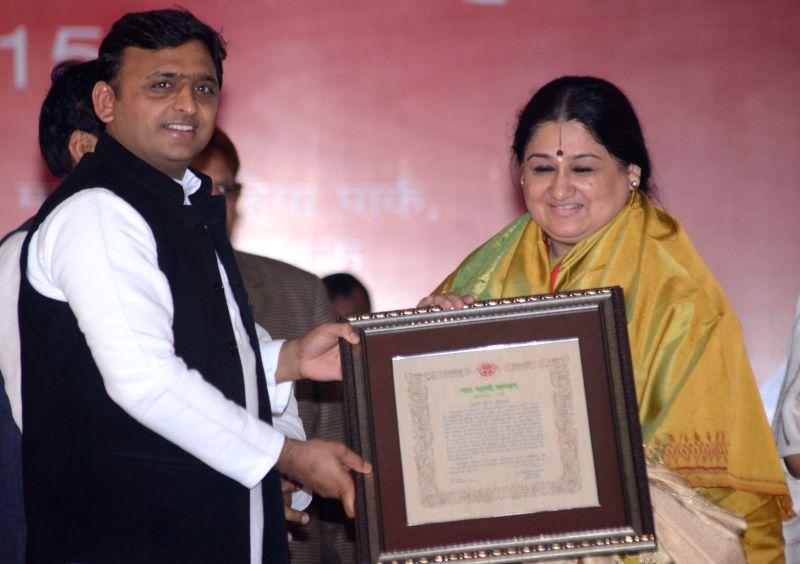 Uttar Pradesh Chief Minister Akhilesh Yadav  felicitates singer Shubha Mudgal during a programme in Lucknow on Feb 9, 2015. - Akhilesh Yadav