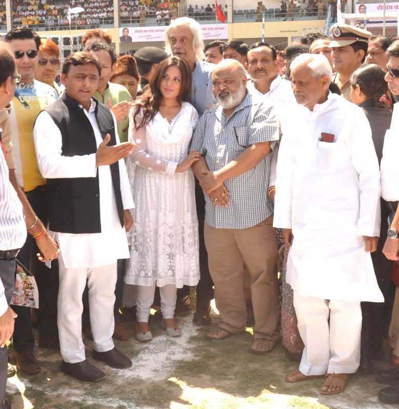 Uttar Pradesh Chief Minister Akhilesh Yadav with filmmakers ​Saurav Shukla and Sudhir Mishra and actress Richa Chadda at the inauguration of the ​Indian Grameen Cricket League (IGCL) in ... - Akhilesh Yadav and Sudhir Mishra