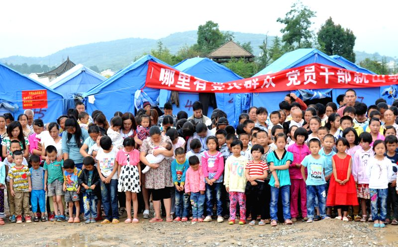 People mourn the quake victims in Wenping Town of Ludian County, southwest China's Yunnan Province, Aug. 10, 2014. A 6.5-magnitude quake that struck Ludian County on
