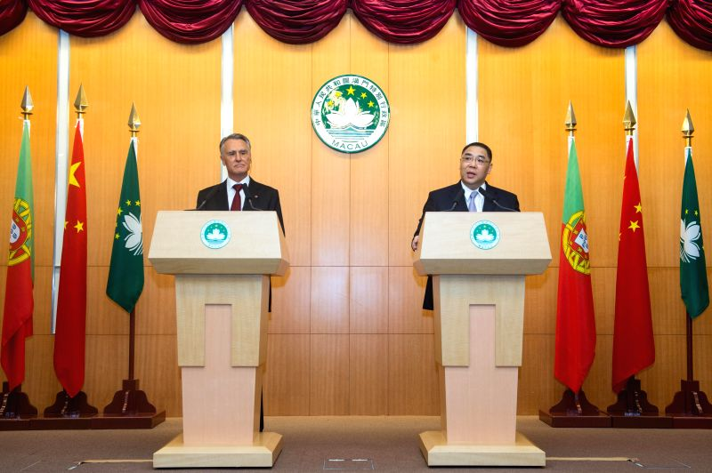 Chui Sai On (R), chief executive of the Macao Special Administrative Region, and Portuguese President Anibal Cavaco Silva attend a press conference in Macao, south ...