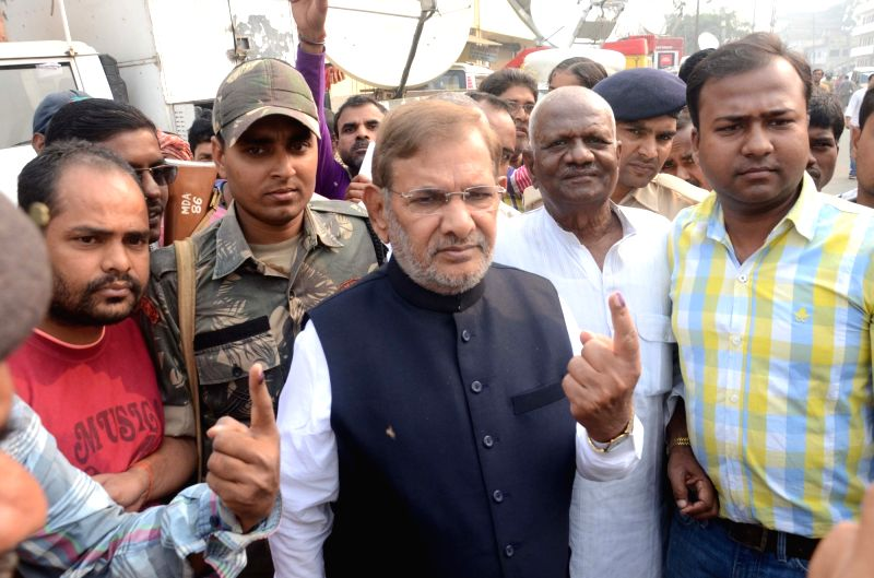 :Madhepura: JD(U) chief Sharad Yadav show his finger marked with phosphorous ink after casting his vote during the final phase of Bihar assembly polls in Madhepura district of Bihar on Nov. 5, ... - Narendra Modi and Nitish Kumar