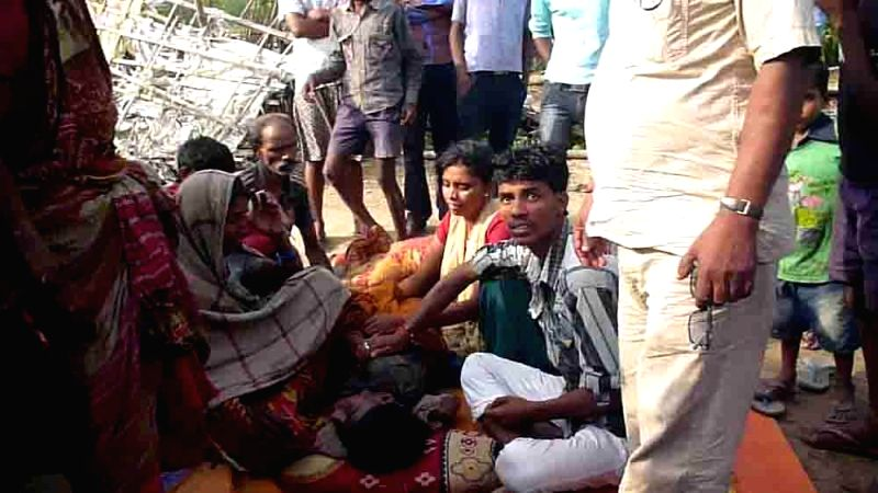 The relatives of a man killed in storm that lashed Purnia, Madhepura and several other districts of Bihar late on Tuesday night (22nd April 2015) mourn his death in Madhepura on April 22, ...