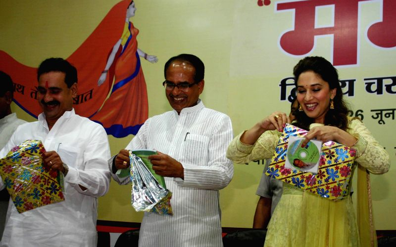 Madhya Pradesh Chief Minister Shivraj Singh Chouhan with actress Madhuri Dixit during `Mamta Abhiyan`- a campaign related to mother and girl child in Bhopal on June 26, 2014. - Shivraj Singh Chouhan