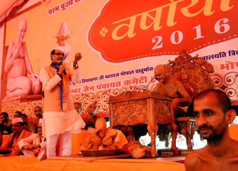Madhya Pradesh Chief Minister Shivraj Singh Chouhan and Jain Muni Acharya Vidyasagar Maharaj during a programme in Bhopal on July 18, 2016. - Shivraj Singh Chouhan