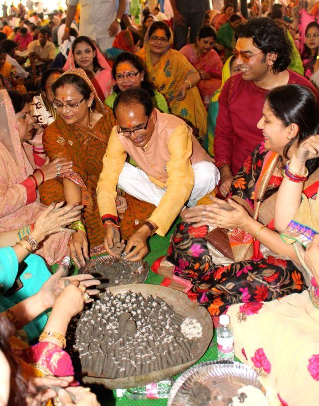 Madhya Pradesh Chief Minister Shivraj Singh Chouhan and actor Ashutosh Rana worship lord Shiva at former's residence in Bhopal on July 29, 2016. - Shivraj Singh Chouhan