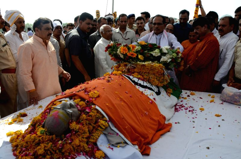 Madhya Pradesh Chief Minister Shivraj Singh Chouhan pays his last respect to Union Environment Minister Anil Dave at the cremation ground in Hoshangabad of Madhya Pradesh on May 19, ... - Shivraj Singh Chouhan