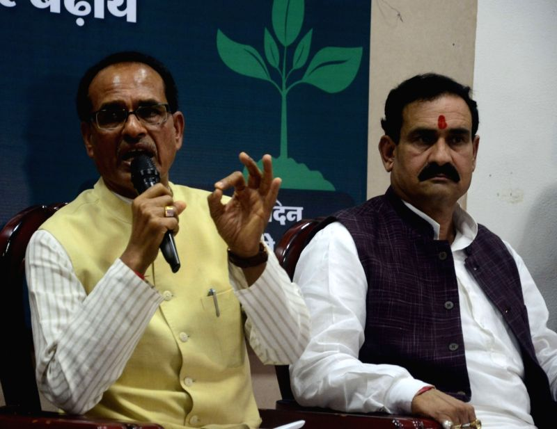 Madhya Pradesh Chief Minister Shivraj Singh Chouhan (L) addresses a press conference in Bhopal on June 9, 2017. - Shivraj Singh Chouhan