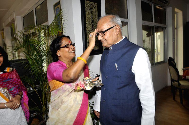 Madhya Pradesh Finance Minister Jayant Malaiya leaves to present annual budget in Madhya Pradesh Legislative Assembly in Bhopal on July 1, 2014.