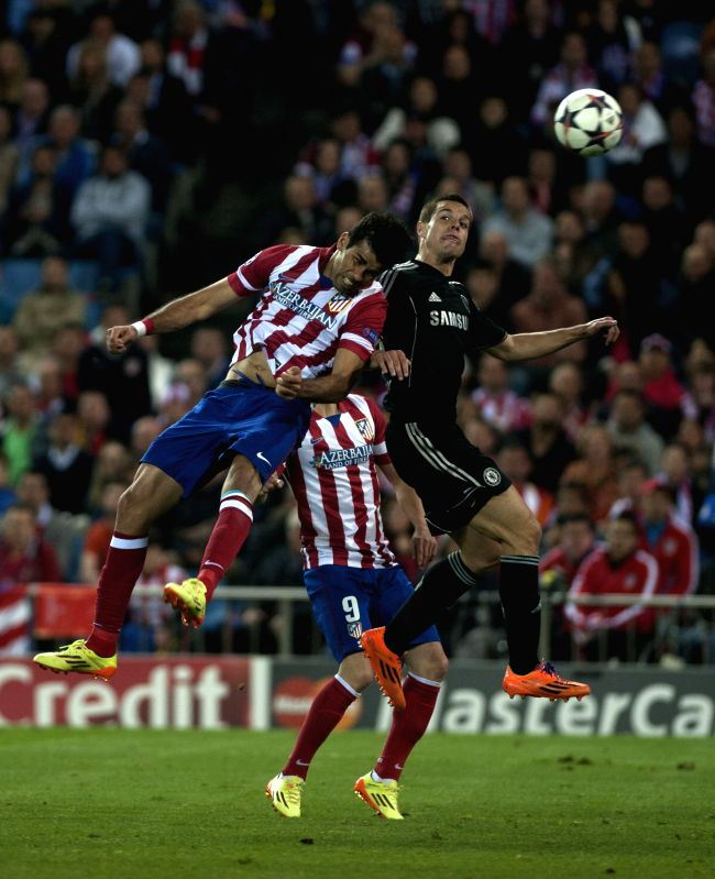 Atletico Madrid's Diego Costa(top L) scores a goal during the Champions League semi-final first leg soccer match against Chelsea in Madrid, Spain, April 22, 2014. ..