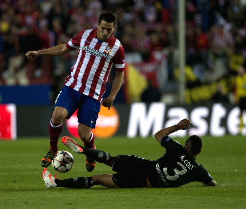Chelsea's Ashley Cole(down) vies for the ball during the Champions League semi-final first leg soccer match against Atletico Madrid in Madrid, Spain, April 22, ...