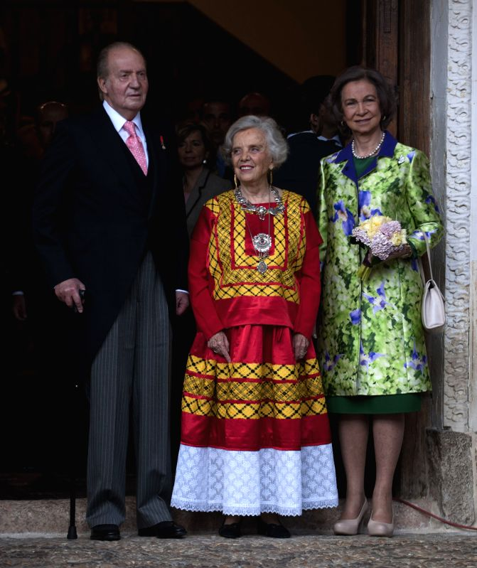 Mexican journalist and author Elena Poniatowska (C) stands with King of Spain Juan Carlos (L) and the Queen Sofia during the awarding ceremony of the Cervantes ...