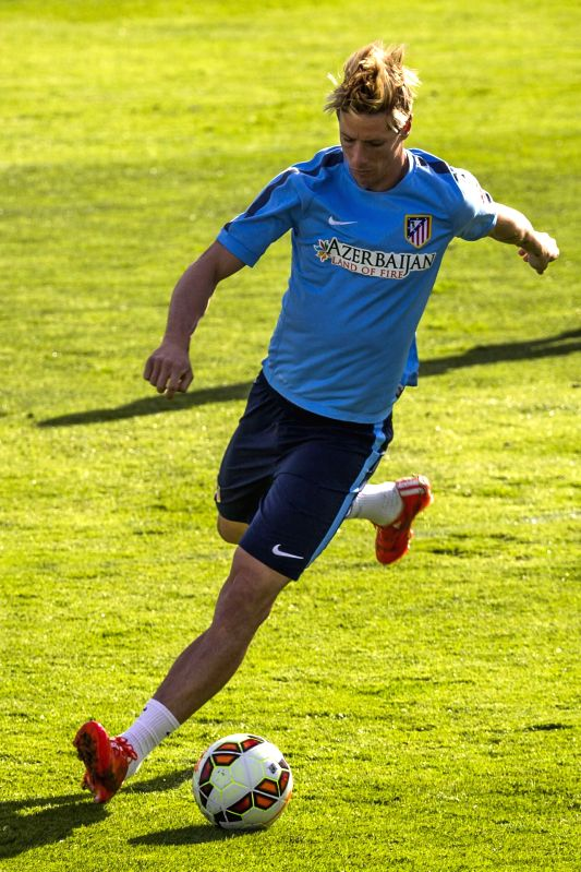 Atletico Madrid's forward Fernando Torres takes part in a training session held on the eve of their Primera Division League soccer match against Cordoba, in Madrid, Spain, 03 April 2015. ...