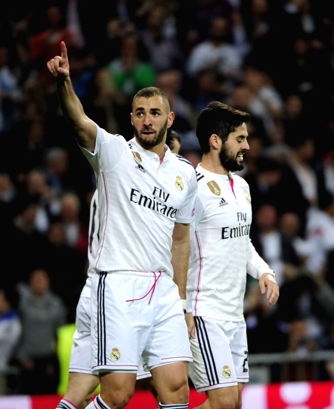 Real Madrid's French forward Karim Benzema (L) celebrates his goal during the Champions League football match 2nd leg against Schalke 04 at Santiago Bernabeu ...
