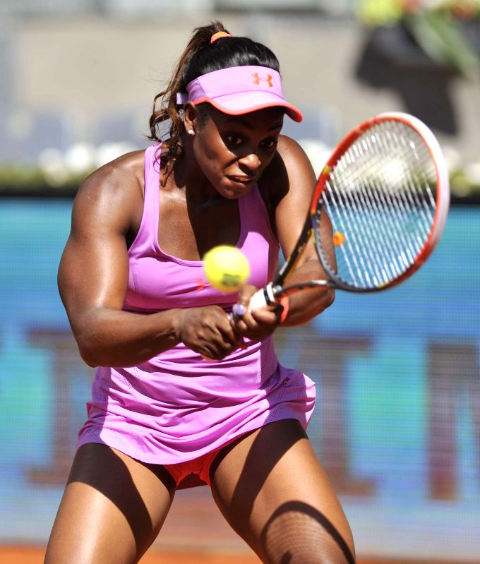 Photo: Sloane Stephens of the United States returns the ball to China's Li Na during the women's singles third round at the Madrid Open tennis tournament in Madrid, ...