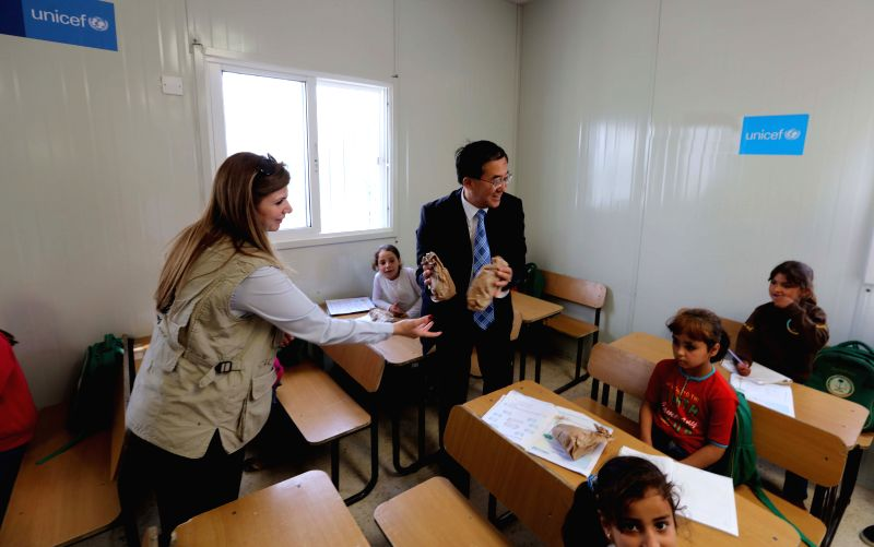 "MAFRAQ, April 23, 2017 - Chinese Ambassador to Jordan Pan Weifang (C) talks with Syrian refugee school children, who will get lunch bags from the ""health kitchen"" program leaded by World ... - Abu Ghosh"