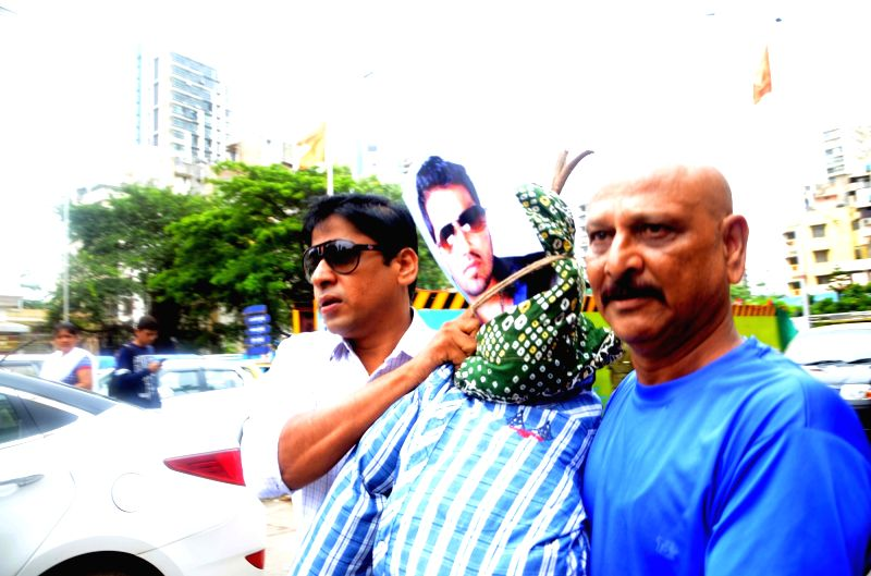 Maharashatra Navnirman Sena (MNS) workers with the effigy of singer Mika Singh protest over his remarks 'Humara Pakistan' on Twitter in Mumbai on Aug 5, 2017. - Mika Singh