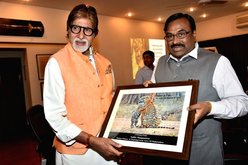 Maharashtra Finance & Forest Minister Sudhir Munguntiwar meets Tiger Brand Ambassador Amitabh Bachchan in Mumbai on July 23, 2016. - Sudhir Munguntiwar and Amitabh Bachchan